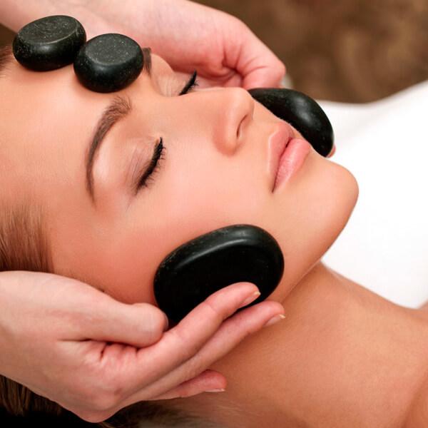 Masaje facial con piedras calientes